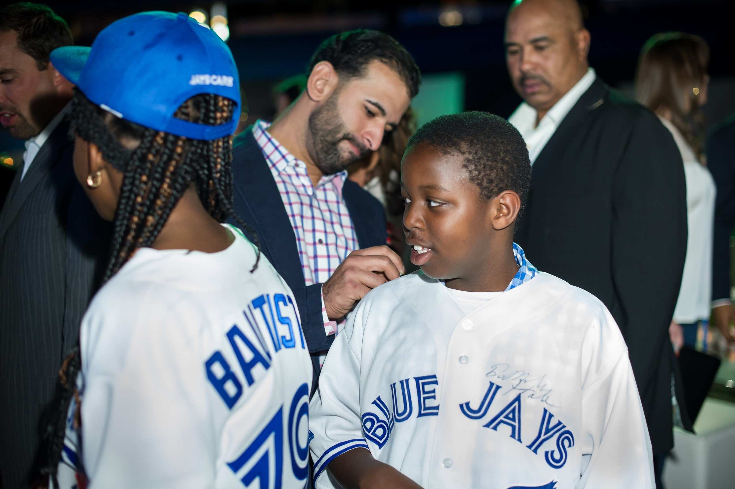 José Bautista signing autographs for the kids ( photo by Michelle Prata )